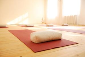 Yogakurse in verschiedenen Stufen als Gruppen-und Einzelkurse